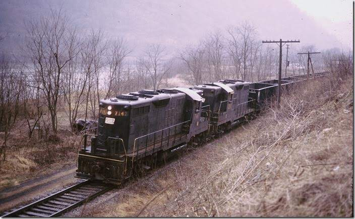 An eastbound Penn Central behind GP9s 7147-7202 (both ex-PRR) runs along the Kanawha River and US 60 at Longacre.
