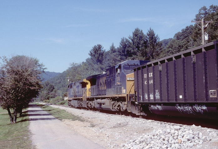 CSX C821 (Loyall #2 mine run) heads a train of CSCX (Consumer's Power) aluminum tubs northbound at Mary Alice.