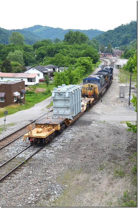 W799-08 arrives Shelby on the switching lead. CSX 3284-9002. Shelby KY.