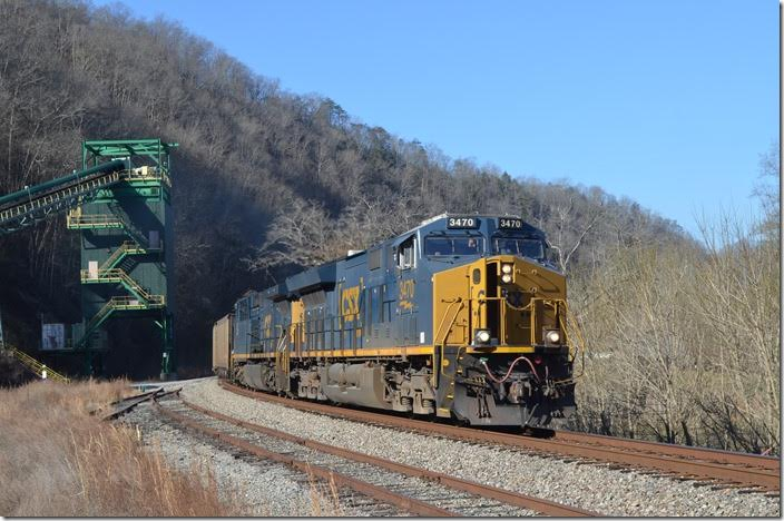 N760 rolls by the inactive McVicker tipple at Levisa Junction. CSX 3470-426.
