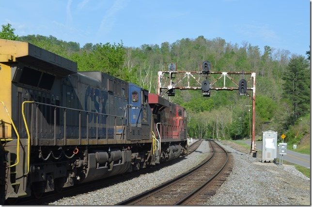 Plez looks at an approach block signal at Bobbs (Buskirk, Ky.) to meet Q696 at GC Cabin.