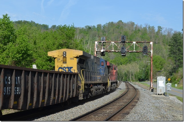 Plez looks at an approach block signal at Bobbs (Buskirk, Ky.) to meet Q696 at GC Cabin. View 2.