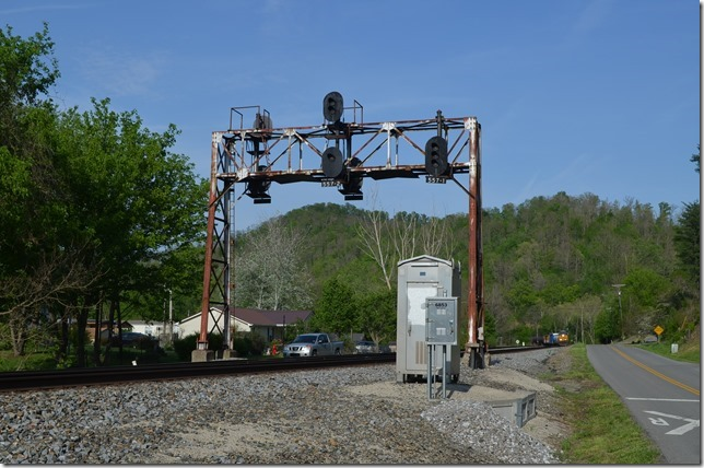 Q696 eastbound has CSX 956-986 and 103 cars. This is the only signal bridge on Big Sandy SD.