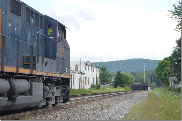 "Pusher B236-27 has a ""helper link"" which enables him to detach on the fly. CSX 3254. Terra Alta WV."