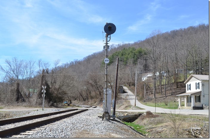Fixed approach signal on the Straight Creek Br. near Pineville.