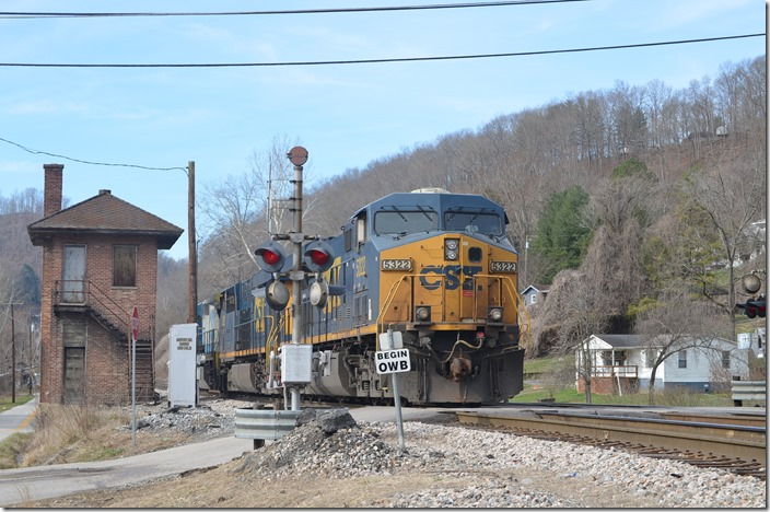 CSX 7569-5221-5322 on shifter C826 passes Baxter tower.