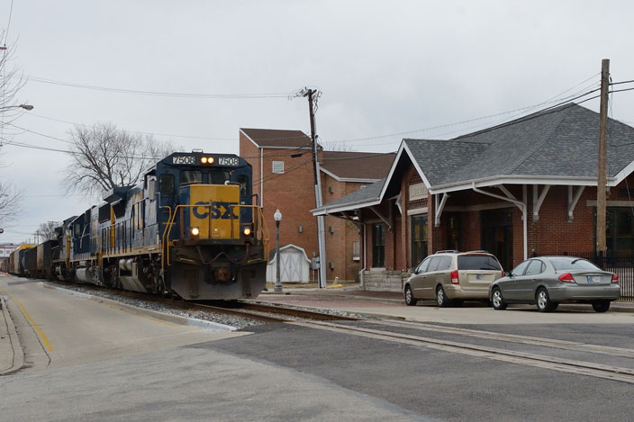 CSX 7508 coming down the middle of the street in Lawrenceburg IN. View 3.