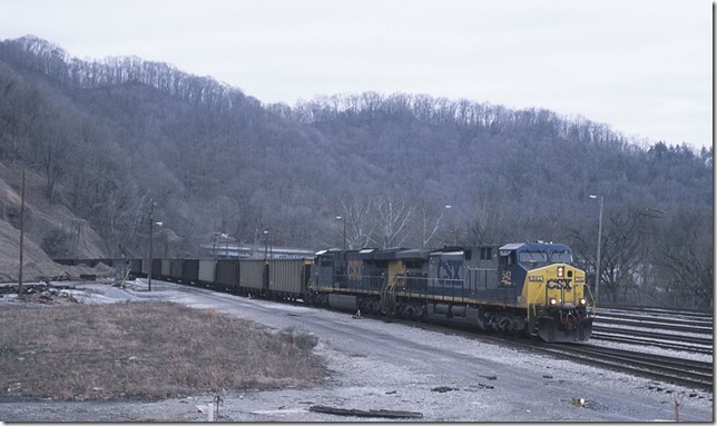 CSX E350-26 s/b with engines 542-780 arrives N. Hazard Yard from Ravenna with GALX empties. Hazard Tunnel is in the background.