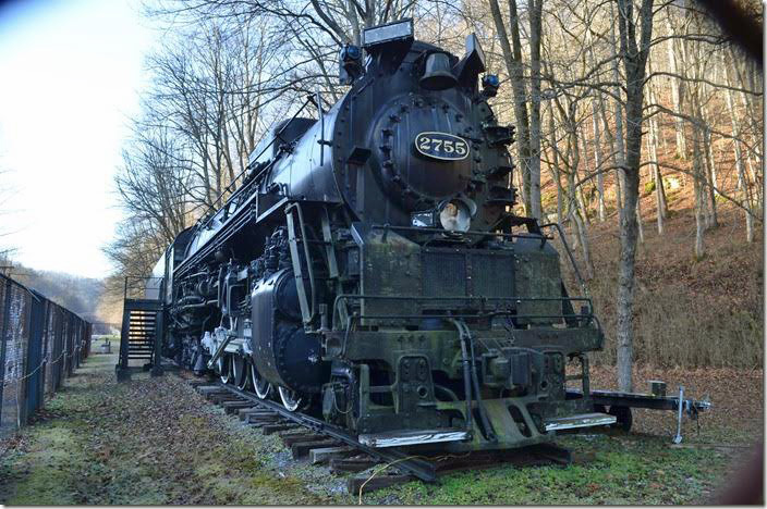 The engine is in good cosmetic shape. This is probably due to the chain link fence. C&O 2755. View 3.