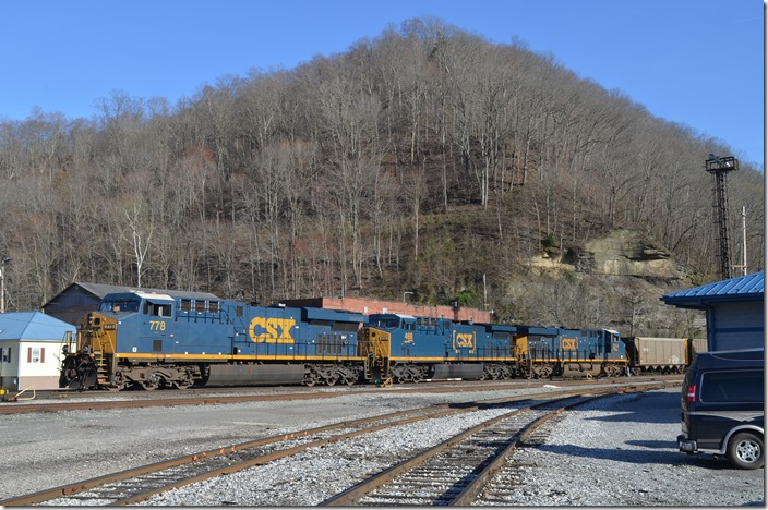 Conductor detaches CSX 778-468-3014 from a train of DKPX empties. H814-22 with engine 971 will soon take these to Rum Creek for loading. Peach Creek.