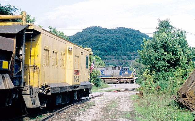 CSX 422-931 with eastbound SCWX loads passes on the Big Sandy main at Harold.