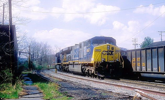 CSX 876-667 amble by the small storage track near the former site of JD Cabin behind the Dairy Queen.