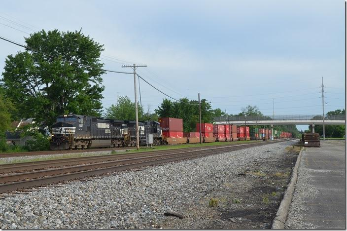 Later in the afternoon, we caught NS 9307-9894 on w/b intermodal 235-20 (Rickenbacker, OH to Colehour, IL) with 56 wells. Rickenbacker intermodal terminal is just south of Columbus at Lockborne. Colehour is a former PRR yard in Chicago. Marion OH.