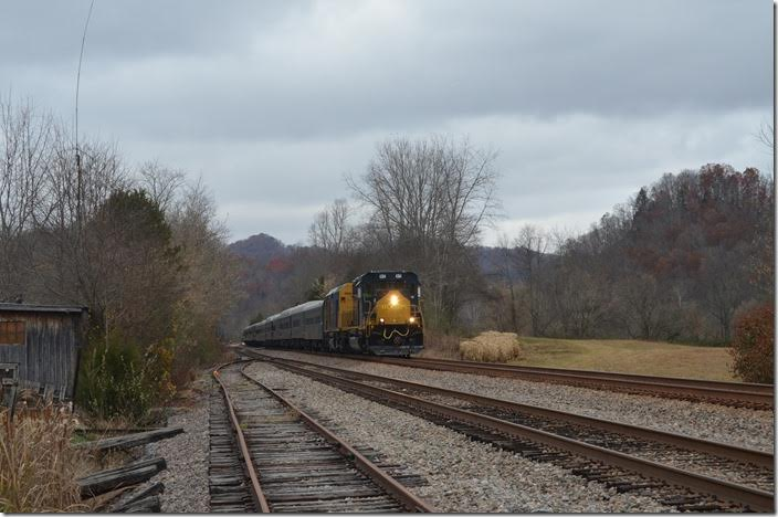 Passing the north end of Starnes passing siding at the hamlet of Slant VA. CSX 4384. NE Starnes VA.
