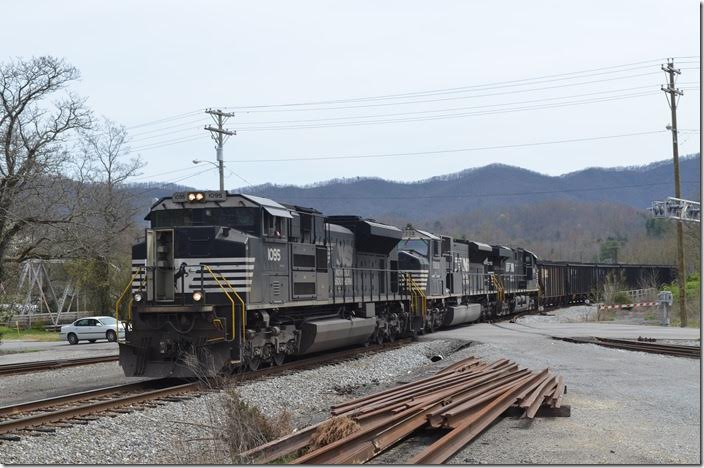 NS 1095-7209-8005 on mine run T32 pull north into Middlesboro yard with a few loads from Appollo Fuels' Gravity Yard mine just east of town. NS 1095-7209-8005 Middlesboro KY.