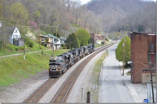 NS 7513-8796-7639-7594-8075-8149 hustle west through Iaeger on lite engine move 961-10 (Roanoke-Chicago). Iaeger.