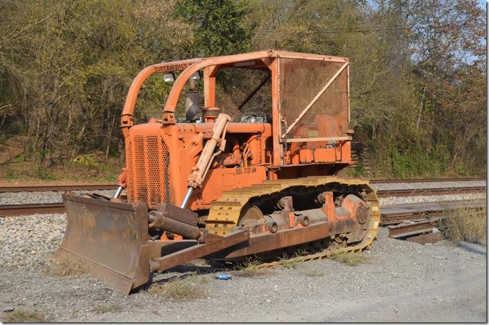 For those of you who model NS maintenance-of-way equipment... NS Cat MoW dozer. Vulcan WV.