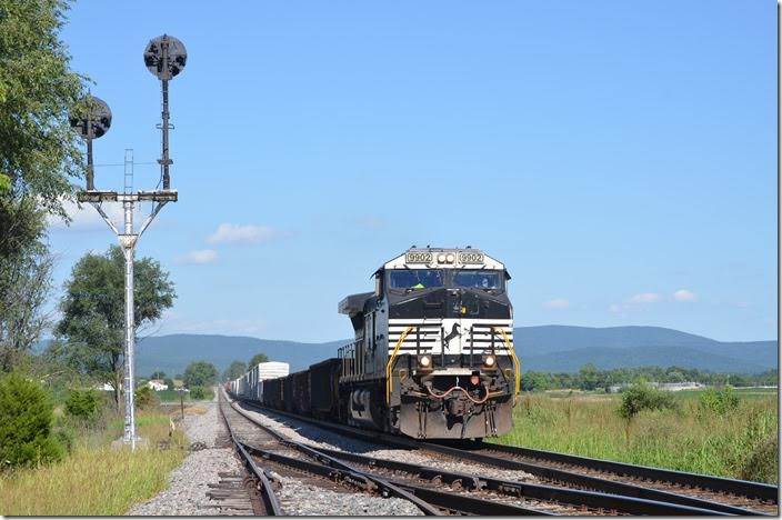 The dispatcher revealed that 815 would meet 956 coming south from Shenandoah. As 900s are work trains of some sort, I didn't know what to expect...maybe a GP38-2 with an air dump!