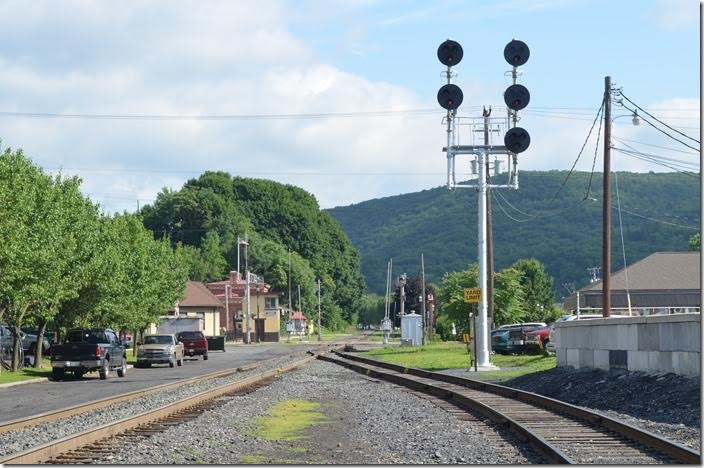 Looking west on the Reading & Northern at Tamaqua. R&N signals. Tamaqua PA.