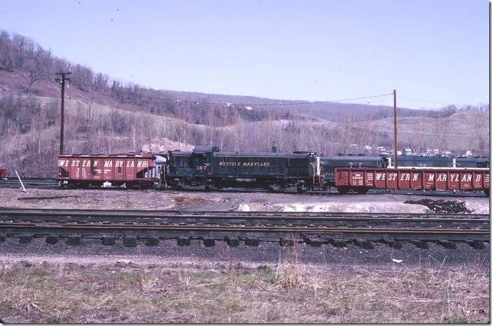 RS-3 187 switches a covered hopper of locomotive sand and a good looking mill gon. WM Ridgeley WV.